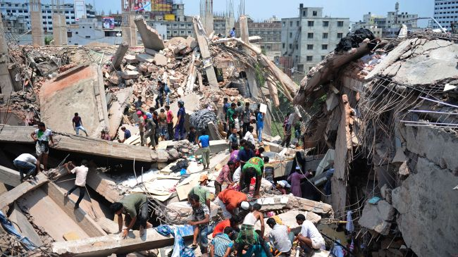 Volunteers assist in the rescue operations after the collapse of the eight-story tall Rana Plaza in Dhaka, April 24, 2013. (Credit PressTV)